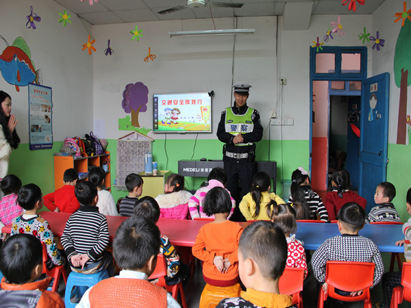 壁画和交通安全标语,为幼儿园增添了浓厚的交通安全