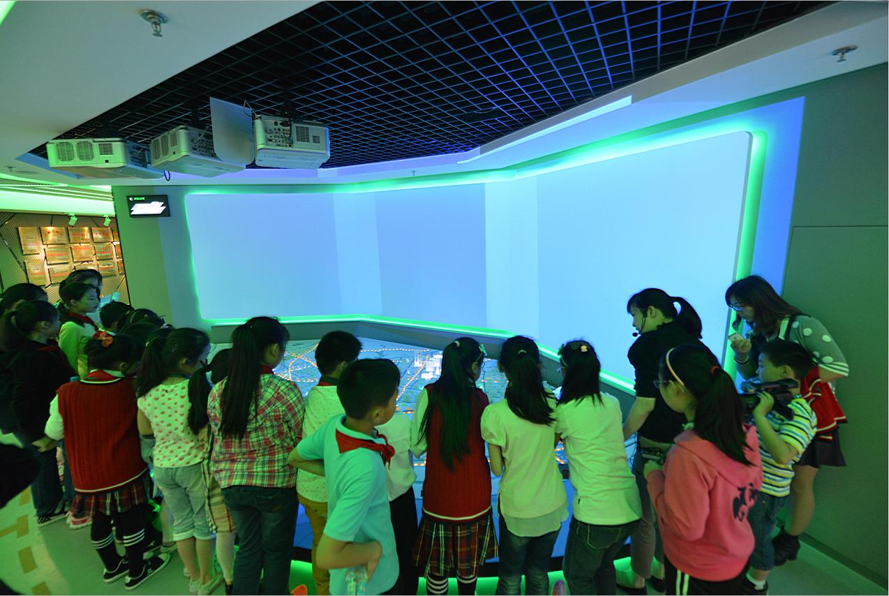 展厅讲解员志愿者带领孩子们陆续参观了电力展厅的每个展区和展项,并